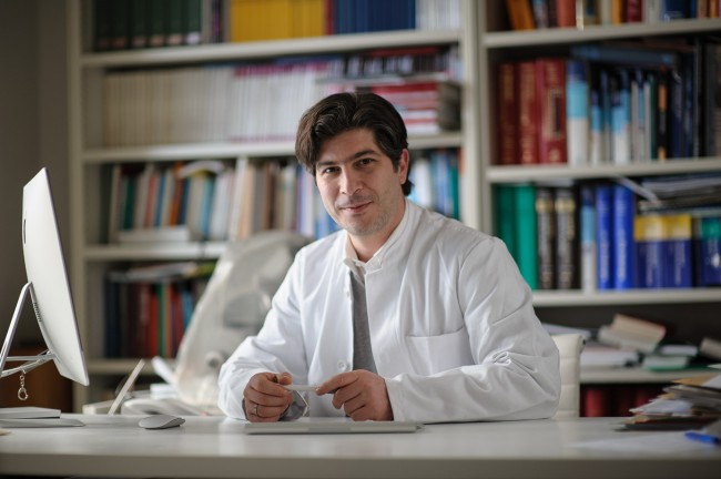 Dr. Gökkurt am Schreibtisch