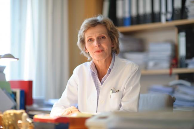 Frau Prof. Dr. Hegewisch am Schreibtisch